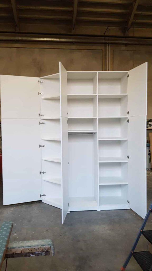 Read more about the article Armadio bianco finitura poro aperto
